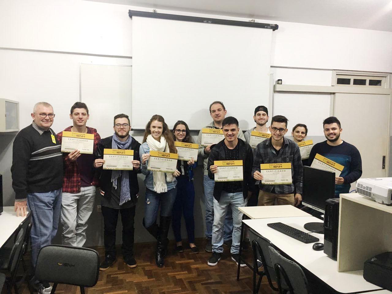 Certificados de conclusão são entregues para alunos do Curso de Excel