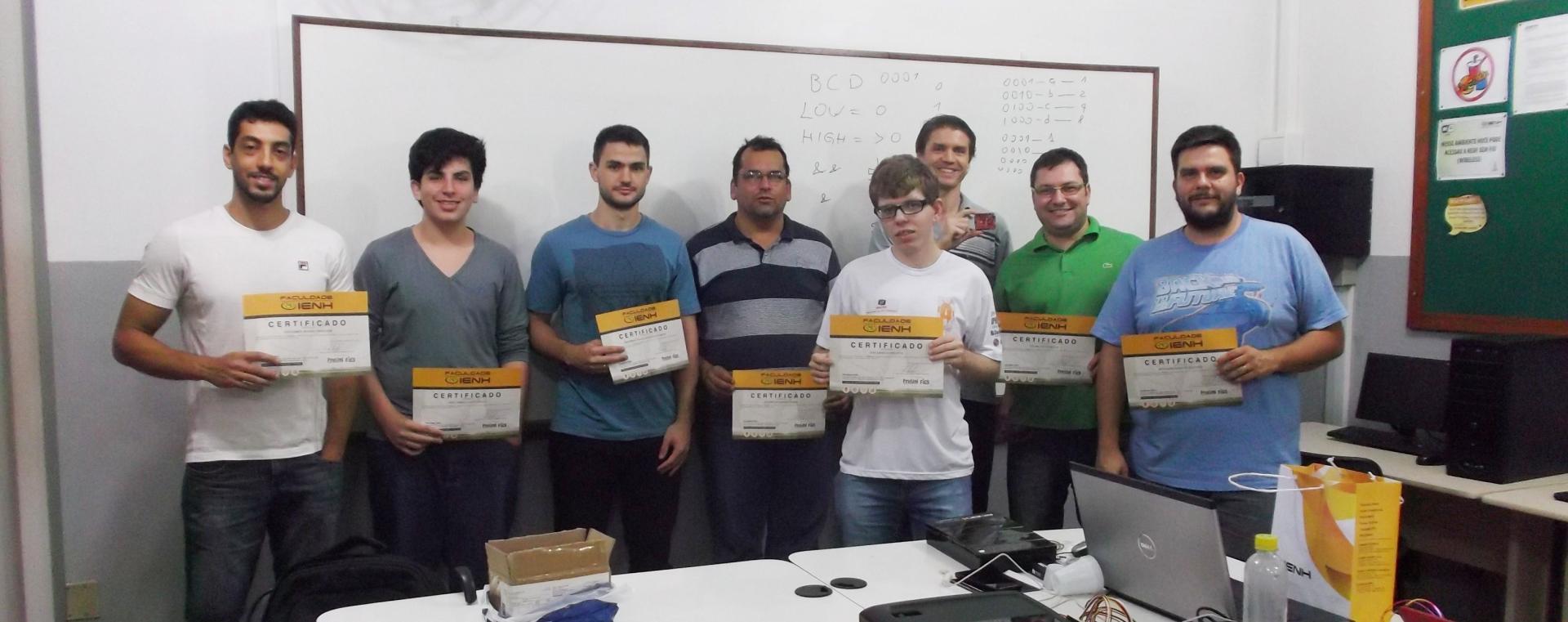 Certificados de conclusão são entregues para alunos do Curso de Extensão em Arduino