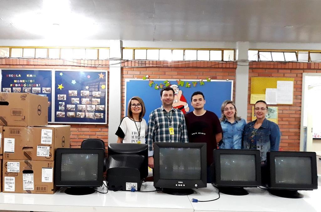 IENH doa computadores para Escola Keli Meise Machado a partir de atividade do Curso Técnico
