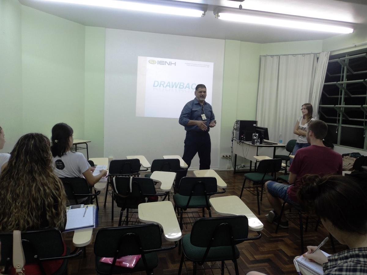 Egressa da IENH conversa com estudantes dos Cursos Técnicos