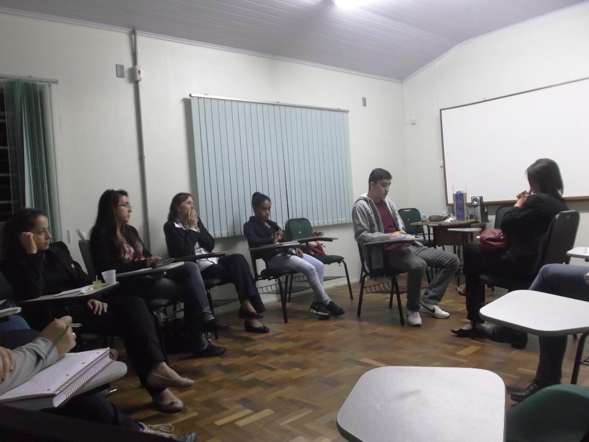 Estudantes realizam simulação de entrevista na aula de Especialização em Nível Técnico