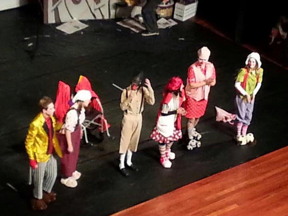 Grupo de Teatro da IENH abre evento da Escola Ágape de Educação