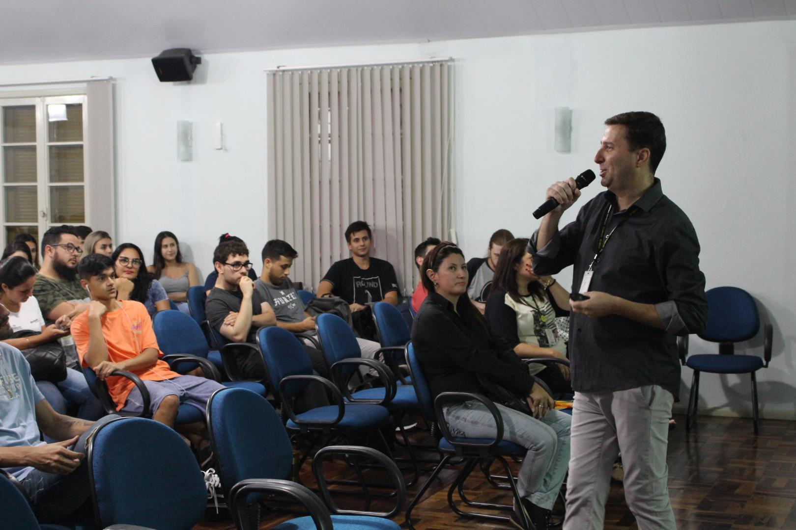 Novos alunos dos Cursos Técnicos IENH são recepcionados em momento de conversa