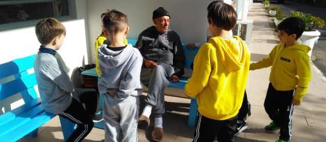 Alunos da IENH entregam donativos arrecadados em atividade dos 100th Days of School
