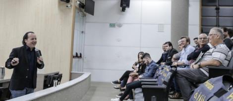 Professor da Faculdade IENH palestra na Câmara Municipal de Novo Hamburgo